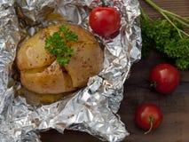 Het gebraden been van de Kip met gebraden gerechten en salade Stock Fotografie
