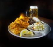 Het Gebraden gerecht en het Bier van vissen royalty-vrije stock afbeeldingen