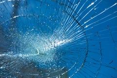 Het gebroken glas heeft blauwe hemel is achtergrond beeld voor textuur, bac Stock Foto's