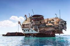 Het gebroken schip op zee Stock Foto's