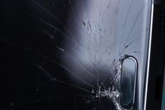 Het gebroken smartphonescherm, barsten en verbrijzeld glas onder diverse palingen royalty-vrije stock foto's