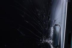 Het gebroken smartphonescherm, barsten en verbrijzeld glas onder diverse palingen stock foto's
