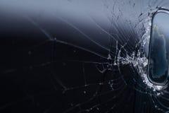 Het gebroken smartphonescherm, barsten en verbrijzeld glas onder diverse palingen stock afbeelding