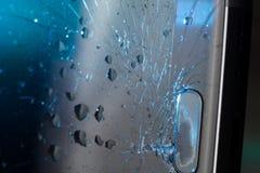 Het gebroken smartphonescherm, barsten en verbrijzeld glas onder diverse palingen stock afbeeldingen