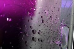 Het gebroken smartphonescherm, barsten en verbrijzeld glas onder diverse palingen royalty-vrije stock afbeelding
