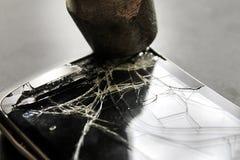 Het gebroken telefoonscherm en hamer op achtergrond Royalty-vrije Stock Afbeelding