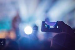 Het gebruik ging mobiele opname, pretoverleg vooruit en de mooie verlichting, Spontaan beeld van menigte bij rotsoverleg, sluit o royalty-vrije stock afbeeldingen