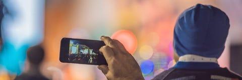 Het gebruik ging mobiele opname, pretoverleg vooruit en de mooie verlichting, Spontaan beeld van menigte bij rotsoverleg, sluit o royalty-vrije stock foto