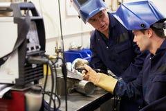 Het Gebruik TIG Welding Machine van ingenieursteaching apprentice to Royalty-vrije Stock Fotografie