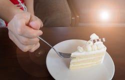 Het gebruik van de vrouwenhand frok aan het snijden van de Plak van cake royalty-vrije stock afbeelding