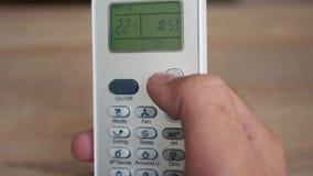 Het gebruiken van airconditioner verre dichte omhooggaand stock footage