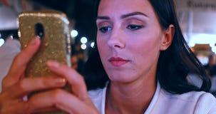 Het gebruiken van cellphone in koffie stock footage