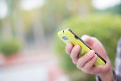 Het gebruiken van celtelefoon Stock Foto