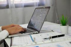 Het gebruiken van computers en calculators om controle het Werk te werken die Controlerend rekeningsaldo plannen stock foto's