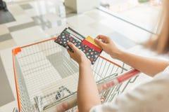 Het gebruiken van creditcard in wandelgalerij voor het winkelen stock afbeelding