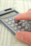 Het gebruiken van een Calculator Stock Fotografie