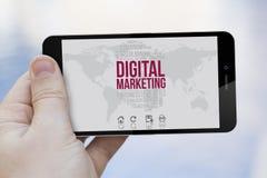 Het gebruiken van een 3d geproduceerde digitale marketing celtelefoon Stock Foto