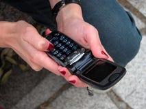 Het gebruiken van een handige telefoon stock foto's