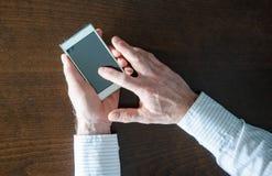 Het gebruiken van een smartphone Royalty-vrije Stock Afbeeldingen