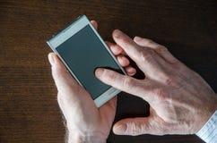 Het gebruiken van een smartphone Stock Afbeeldingen