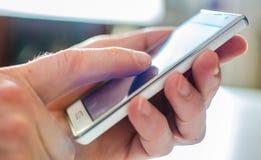 Het gebruiken van een smartphone Stock Fotografie