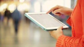 Het gebruiken van een tabletpc in een openbare ruimte stock footage