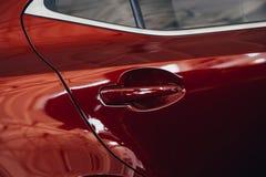 Het gebruiken van het handvat rode kleur van de Autodeur voor klanten Het gebruiken van behang of achtergrond voor vervoer en aut royalty-vrije stock foto's
