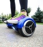 Het gebruiken van het Elektrische Slimme Autoped Zelf In evenwicht brengen Hoverboard Royalty-vrije Stock Afbeeldingen