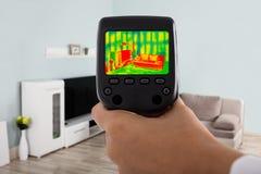Het gebruiken van Infrarode Thermische Camera in Woonkamer stock afbeeldingen