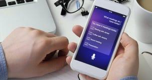 Het gebruiken van intelligente persoonlijke medewerker op smartphone stock footage