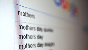 Het gebruiken van Internet-zoekmachine om informatie te vinden over woordmoeders Macrovideo stock footage