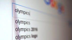 Het gebruiken van Internet-zoekmachine om informatie te vinden over woordolympics Macrovideo stock videobeelden