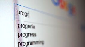 Het gebruiken van Internet-zoekmachine om informatie te vinden over woordprogramma Macrovideo stock footage