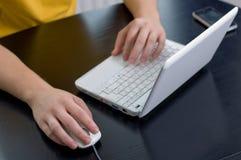 Het gebruiken van laptop Royalty-vrije Stock Afbeeldingen