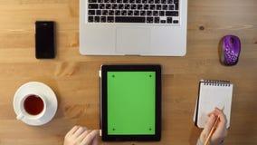 Het gebruiken van Laptop en Tabletpc met het Groen Scherm stock footage