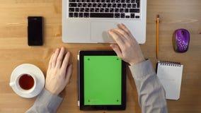 Het gebruiken van Laptop en Tabletpc met het Groen Scherm stock videobeelden