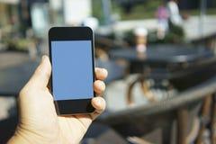 Het gebruiken van mobiele telefoon in een koffie Stock Foto's