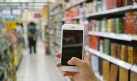 Het gebruiken van mobiele telefoon in markt Royalty-vrije Stock Afbeeldingen