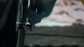 Het gebruiken van moersleutel op band stock footage