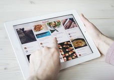 Het gebruiken van Pinterest op iPad Royalty-vrije Stock Fotografie