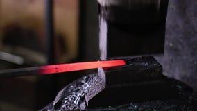 Het gebruiken van Pneumatische Hamer aan Vorm Heet Metaal stock video