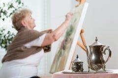 Het gebruiken van schildersezel tijdens het schilderen royalty-vrije stock afbeeldingen