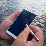 Het gebruiken van Smartphone Stock Foto