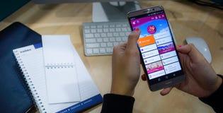 het gebruiken van smartphone mobiele apps om een vlucht te boeken Stock Fotografie