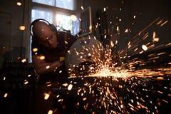 Het gebruiken van staalsnijmachine stock afbeeldingen