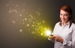 Het gebruiken van telefoon met gouden het fonkelen concept royalty-vrije stock afbeelding