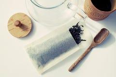 Het gebruiken van theezakjes om traditionele thee voor te bereiden Stock Fotografie