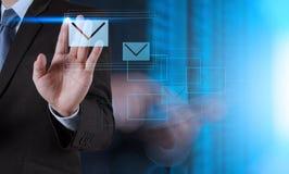 Het gebruiks interactieve computer van de zakenmanhand Stock Fotografie