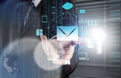 Het gebruiks interactieve computer van de zakenmanhand Royalty-vrije Stock Afbeeldingen