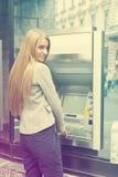 Het gebruiksBank ATM van de vrouw Royalty-vrije Stock Foto's